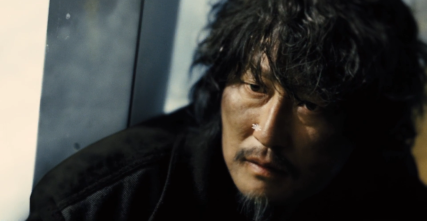 Namgoong observa os flocos de neve que entram pela janela durante uma das batalhas da revolução de Curtis.